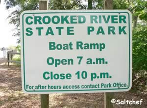 sign showing hours for crooked river state park boat ramp